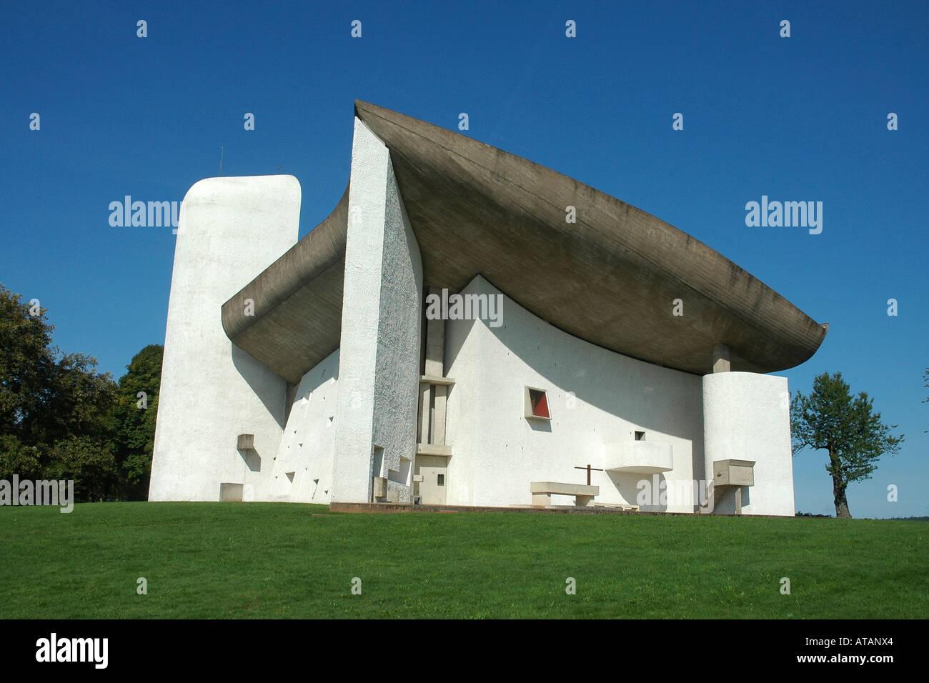 La chapelle Notre-Dame-du-haut par l'architecte Le Corbusier, sur une colline au-dessus de Ronchamp en France région Banque D'Images