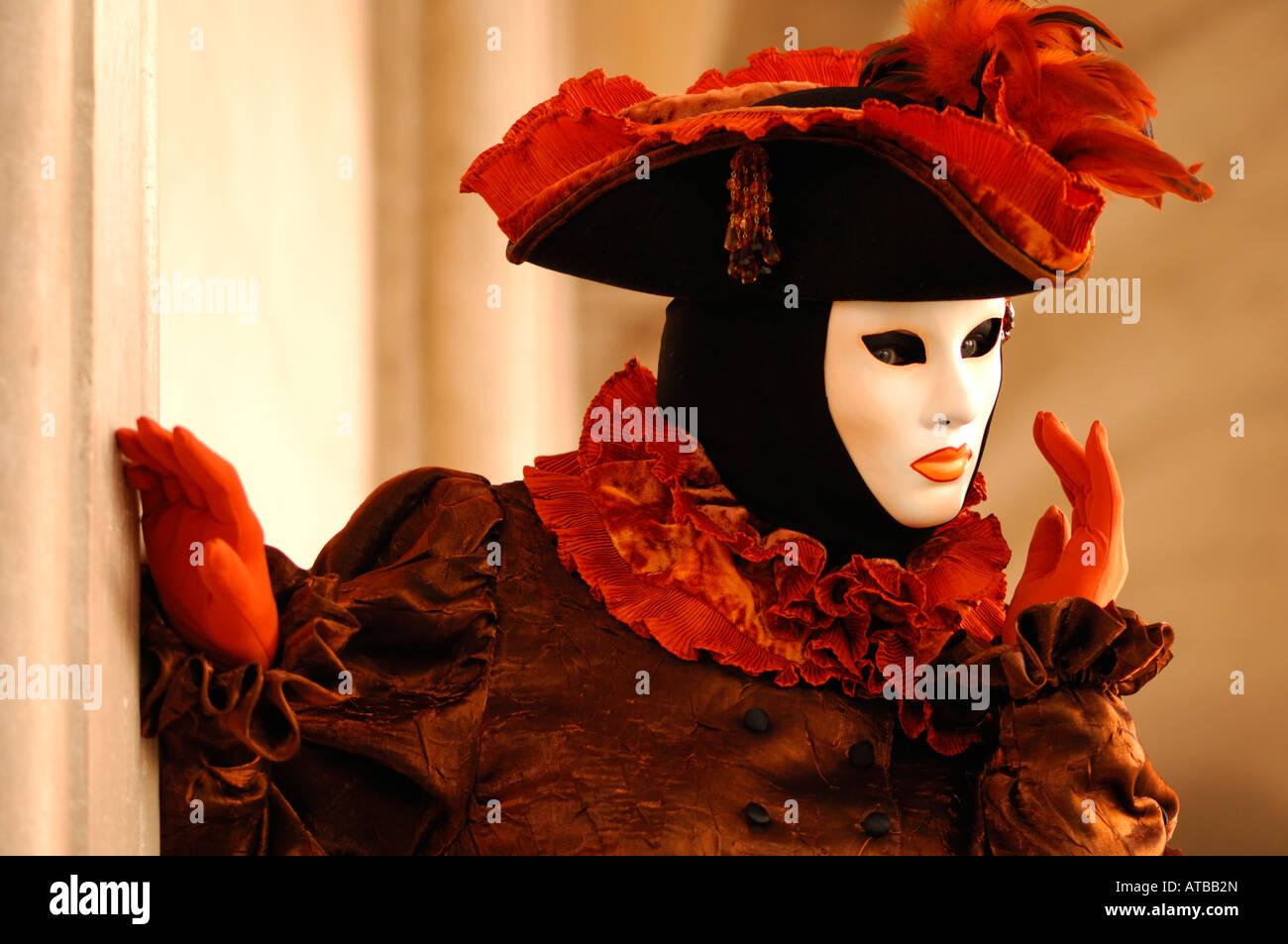 Carnaval de Venise masque blanc chapeau à plumes orange et marron orange ruff à l'costume Fête des masques de Venise Banque D'Images
