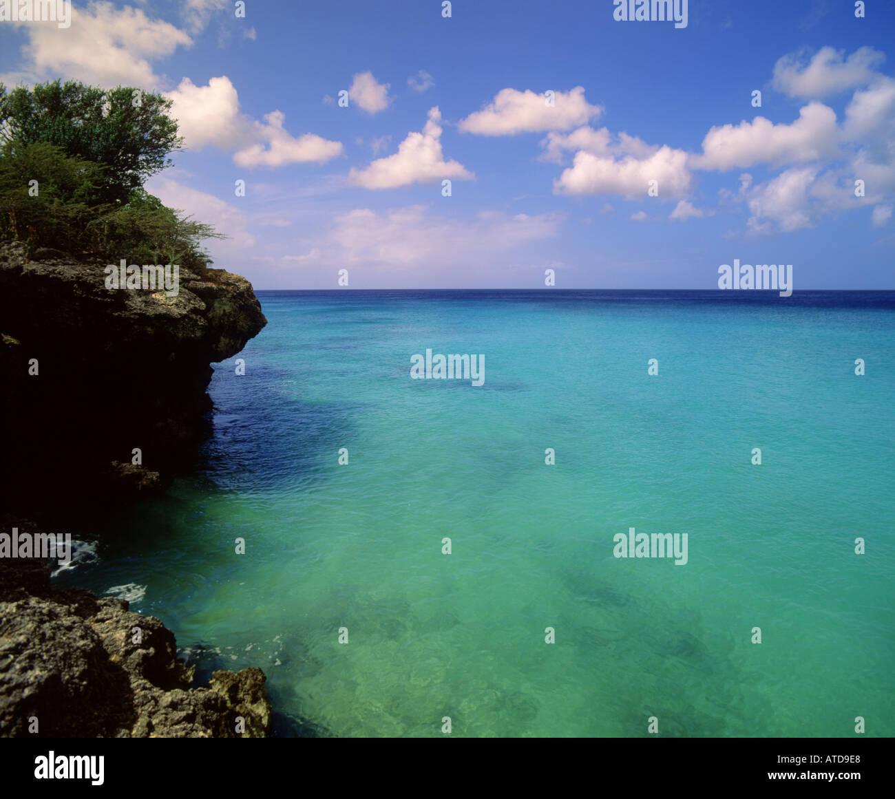 Ciel bleu turquoise mer rencontre près de Kipps Beach sur la côte rocheuse de l'île des Caraïbes de Curacao Banque D'Images