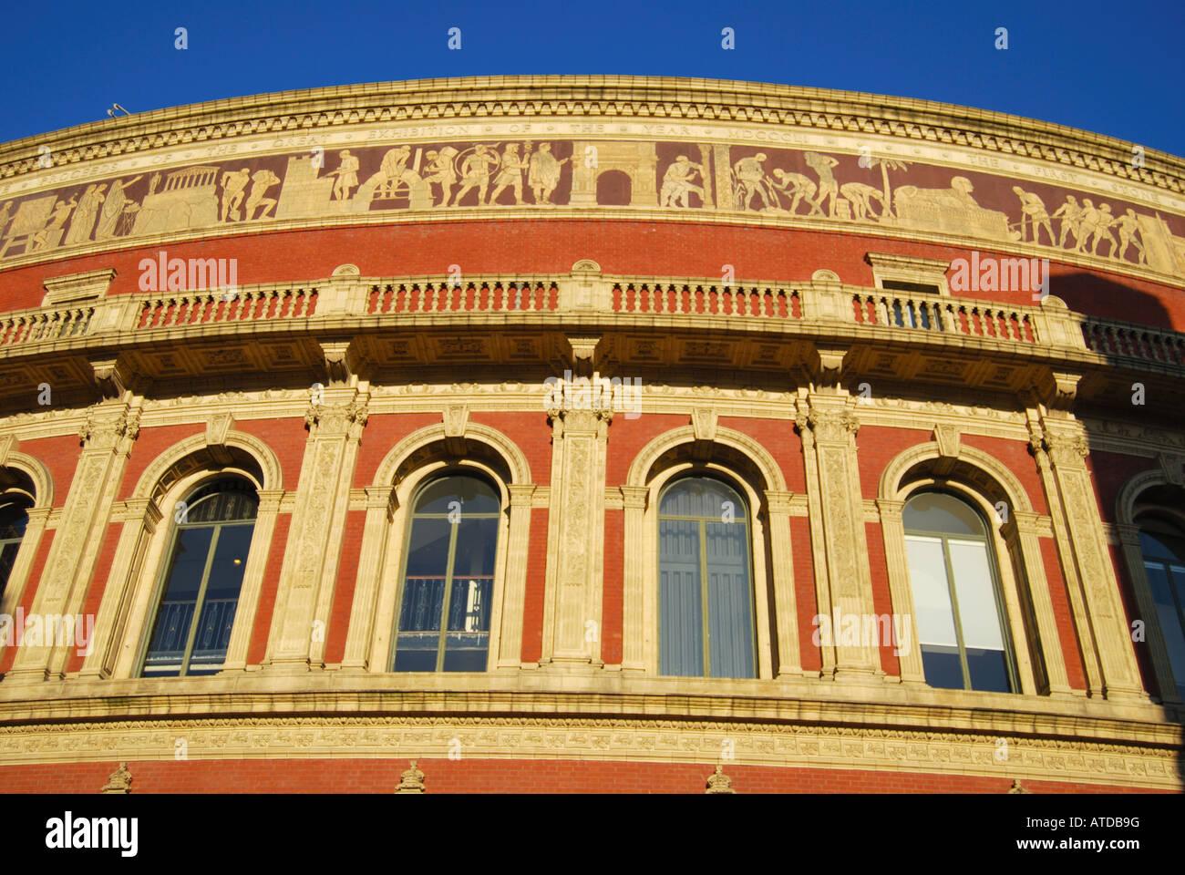 Vue extérieure au coucher du soleil, le Royal Albert Hall, Kensington, Londres, Angleterre, Royaume-Uni Banque D'Images