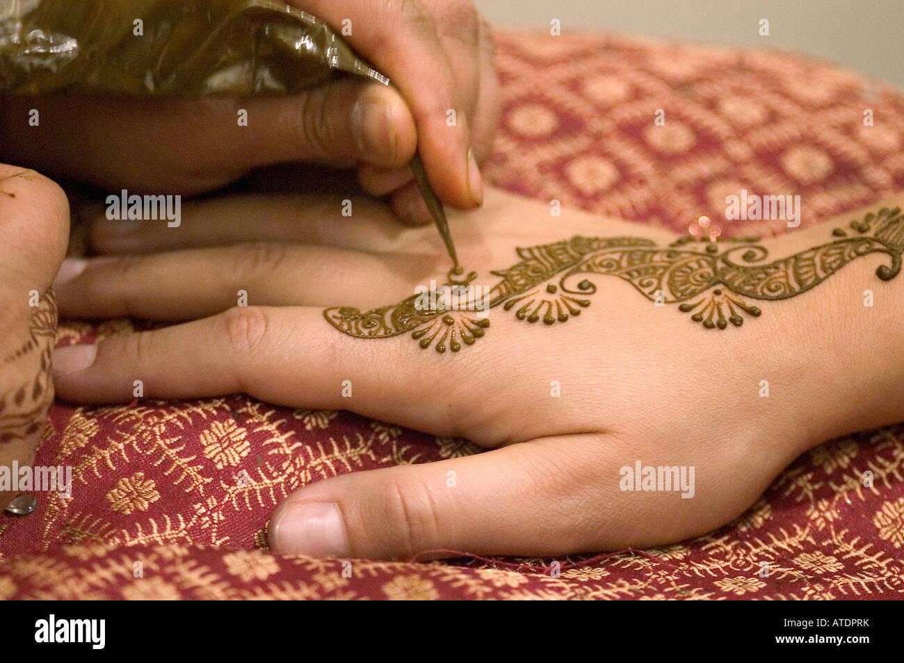 Tatouage au henné body art détail main femme tradition culture culture typique indien hindou motif mains Photo Stock