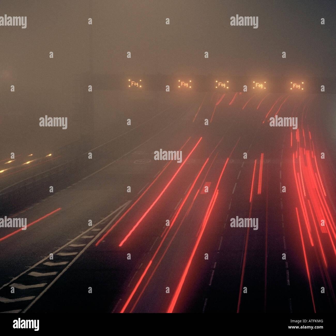 Un brouillard épais sur l'autoroute M25 approche de la Dartford crossing Londres Angleterre Kent UK. Photo Stock