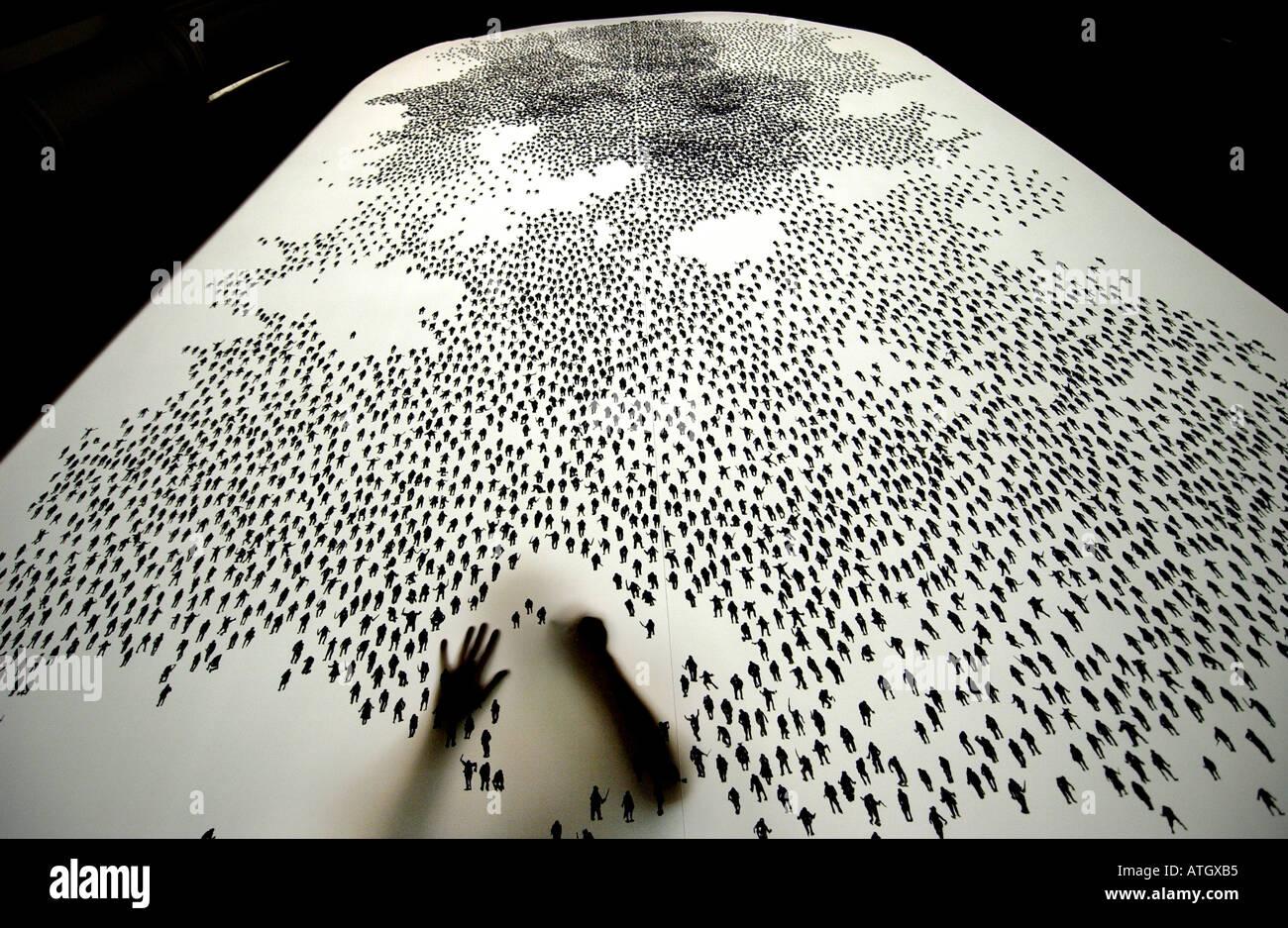 Laborieusement artiste attire dix mille petits personnages humains sur un écran Photo Stock