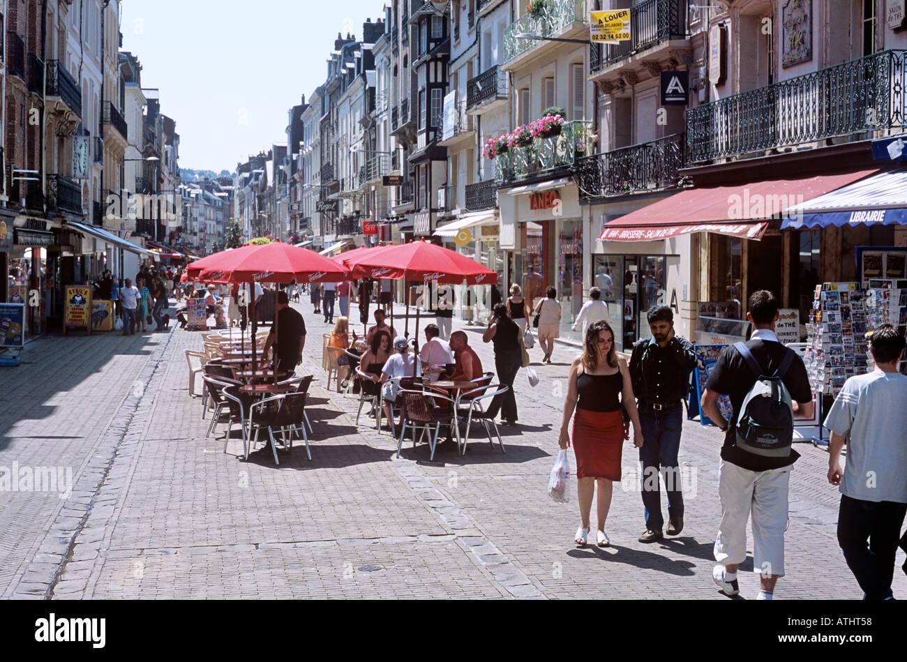 La terrasse d'un café sur la Grande Rue dans le centre de Dieppe Photo Stock - Alamy