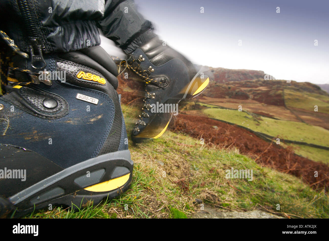 Close up de chaussures de randonnée avec fells en arrière-plan Banque D'Images