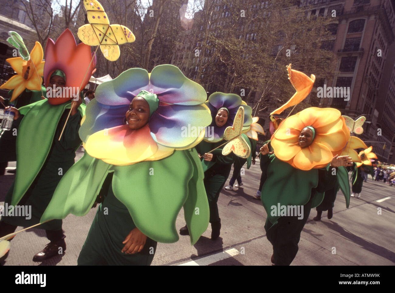 Le jour de la terre La ville de New York.Défilé de la planètes. Les environnementalistes habillés comme des fleurs Banque D'Images