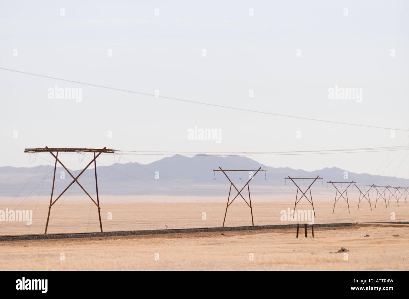 Les lignes d'alimentation à travers le désert du Namib en Namibie Photo Stock