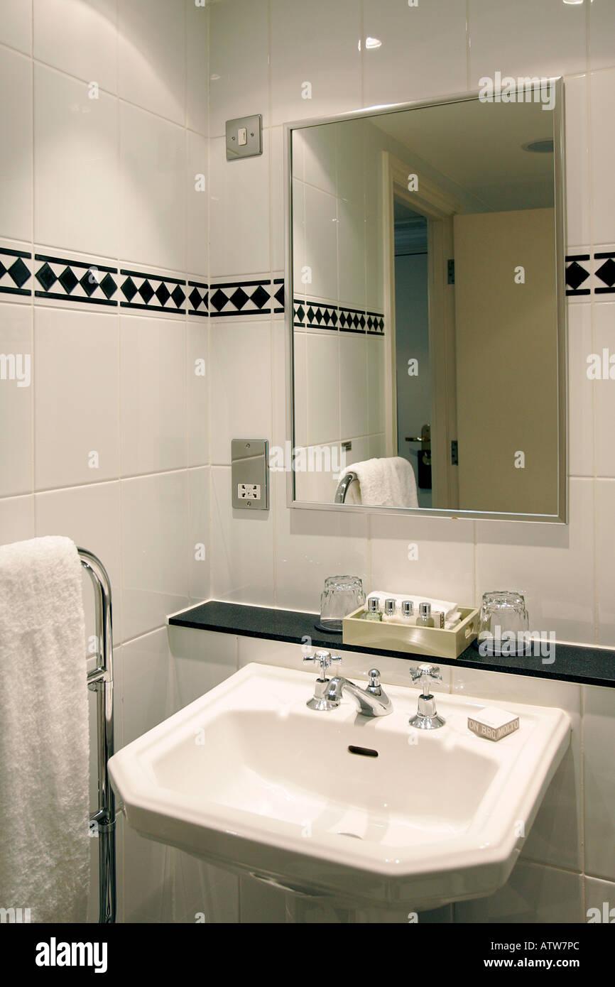 Salle De Bains Baignoire Wc Lavabo Toilettes Loo Bassin Projecteurs Nettoyage Leau Hygiene Lavage Cher Posh Hotel Angleterre Oxford Touchez