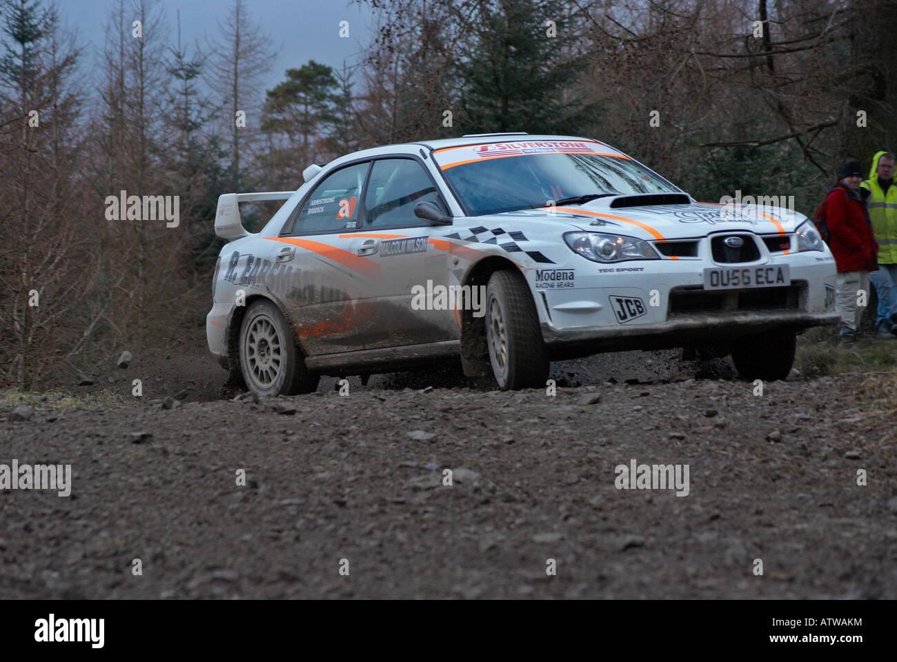 Voiture de rallye sur une forêt spécial étape d'un rallye sport automobile Photo Stock