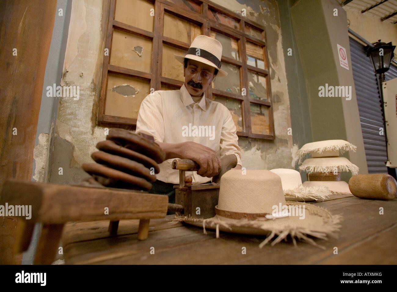 Travailleur homme panama hat factory costume typique des indiens face à  l espagnol Andes CUENCA Equateur paille tourisme ethnique 44c271a4558