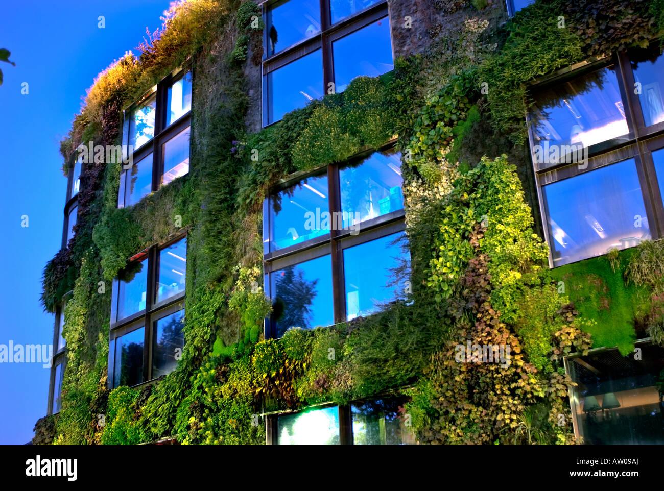 Paris, France, Jardin Vertical mur végétal vert \'Quai du Musée ...