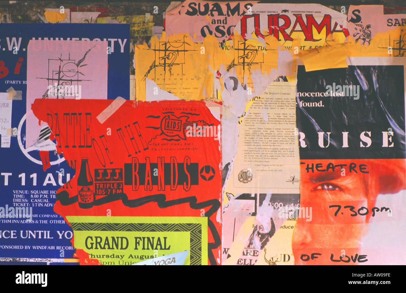 Un collage d'affiches déchirées Photo Stock