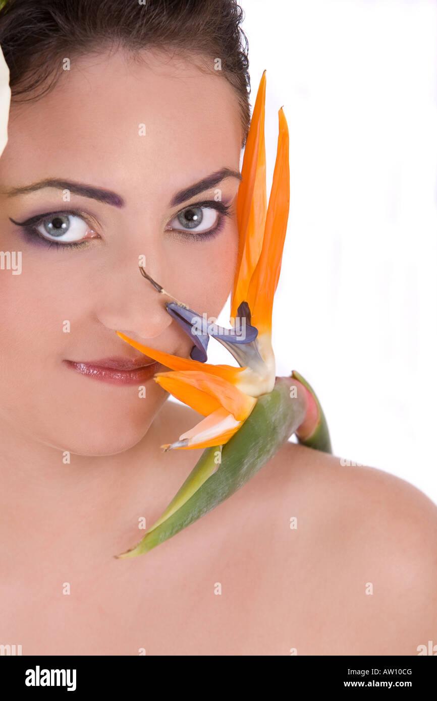 Belle brune avec des oiseaux de paradis tropical flower Banque D'Images