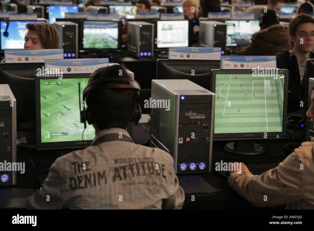 Les adolescents à jouer à des jeux sur ordinateur - LAN Party - jeu de  réseau 5232c2b70778
