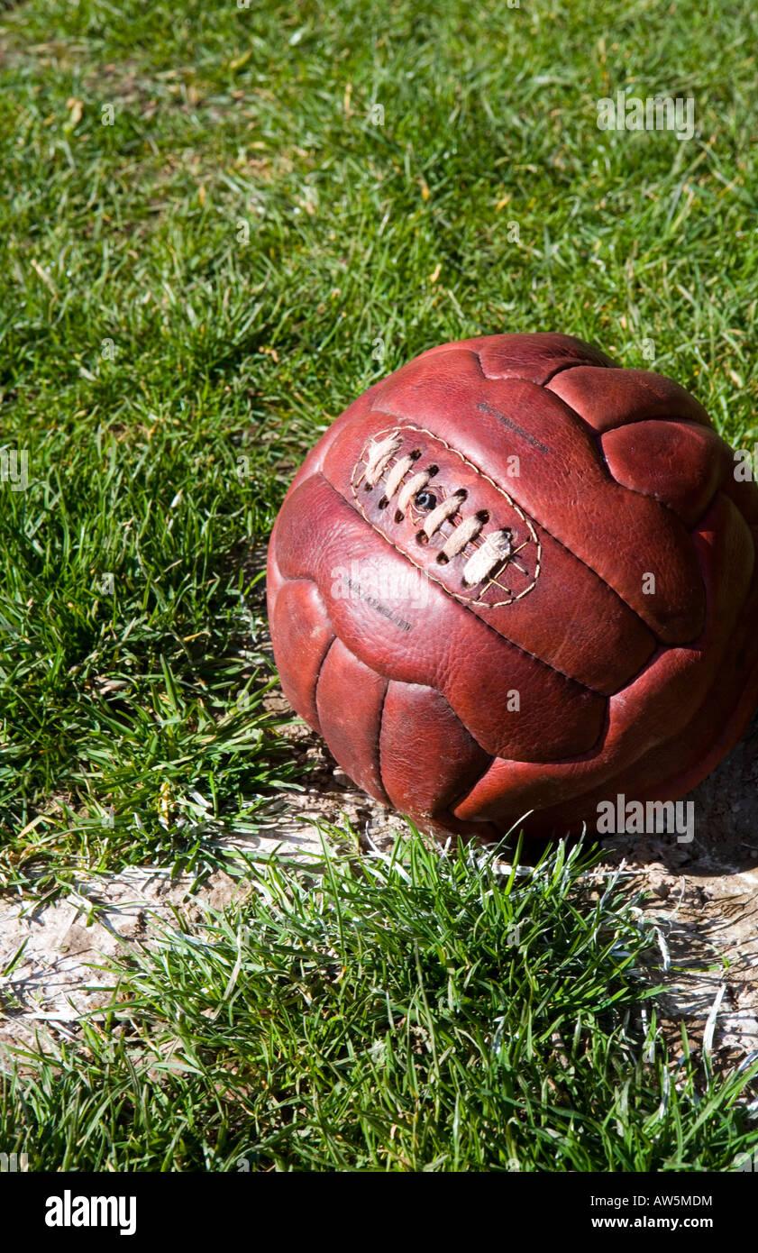 Cuir Vintage football sur le côté d'un terrain de football Photo Stock