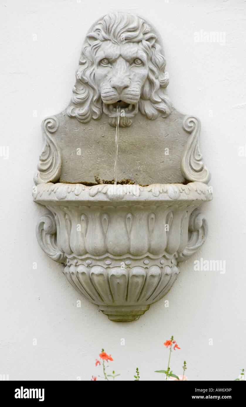 Muret En Pierre Reconstituée à t�te de lion en pierre reconstitu�e, fontaine d'eau sur le mur