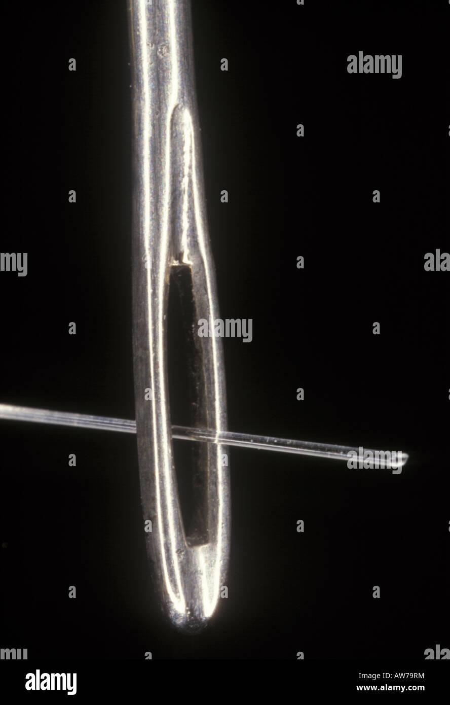 La fibre de verre en passant par le chas d'une aiguille Photo Stock