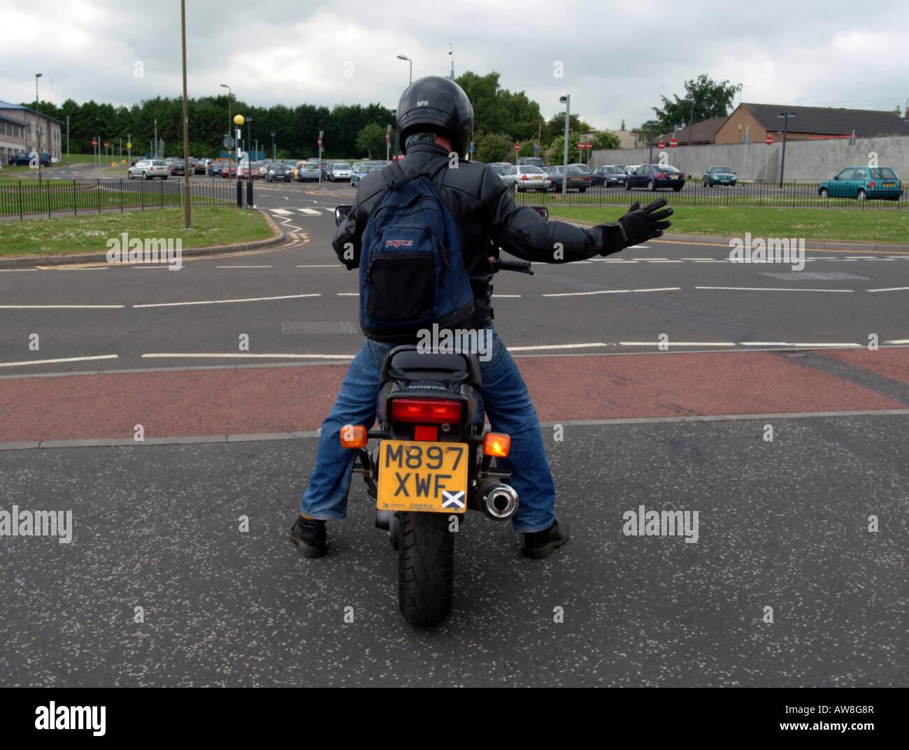 Un motocycliste de signalisation tournez à droite Photo Stock