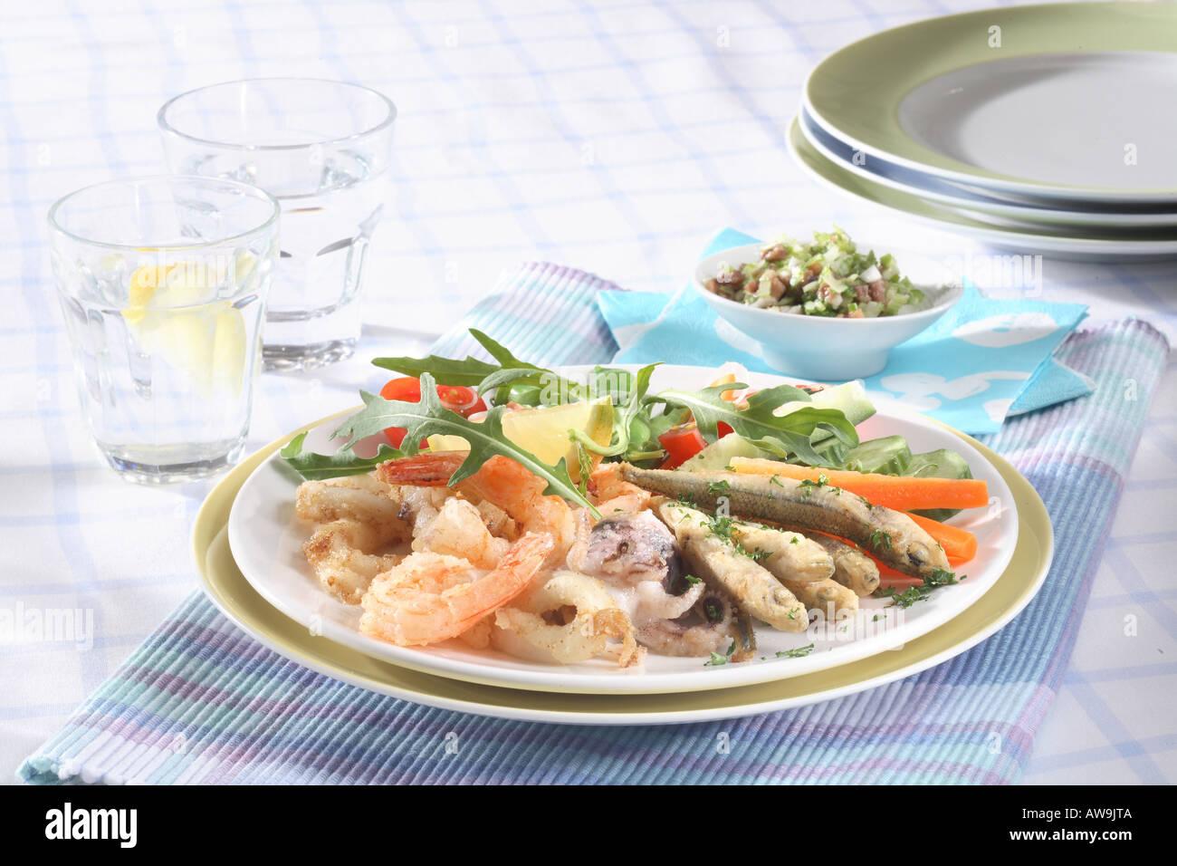 Fruits de mer avec salade de légumes Banque D'Images