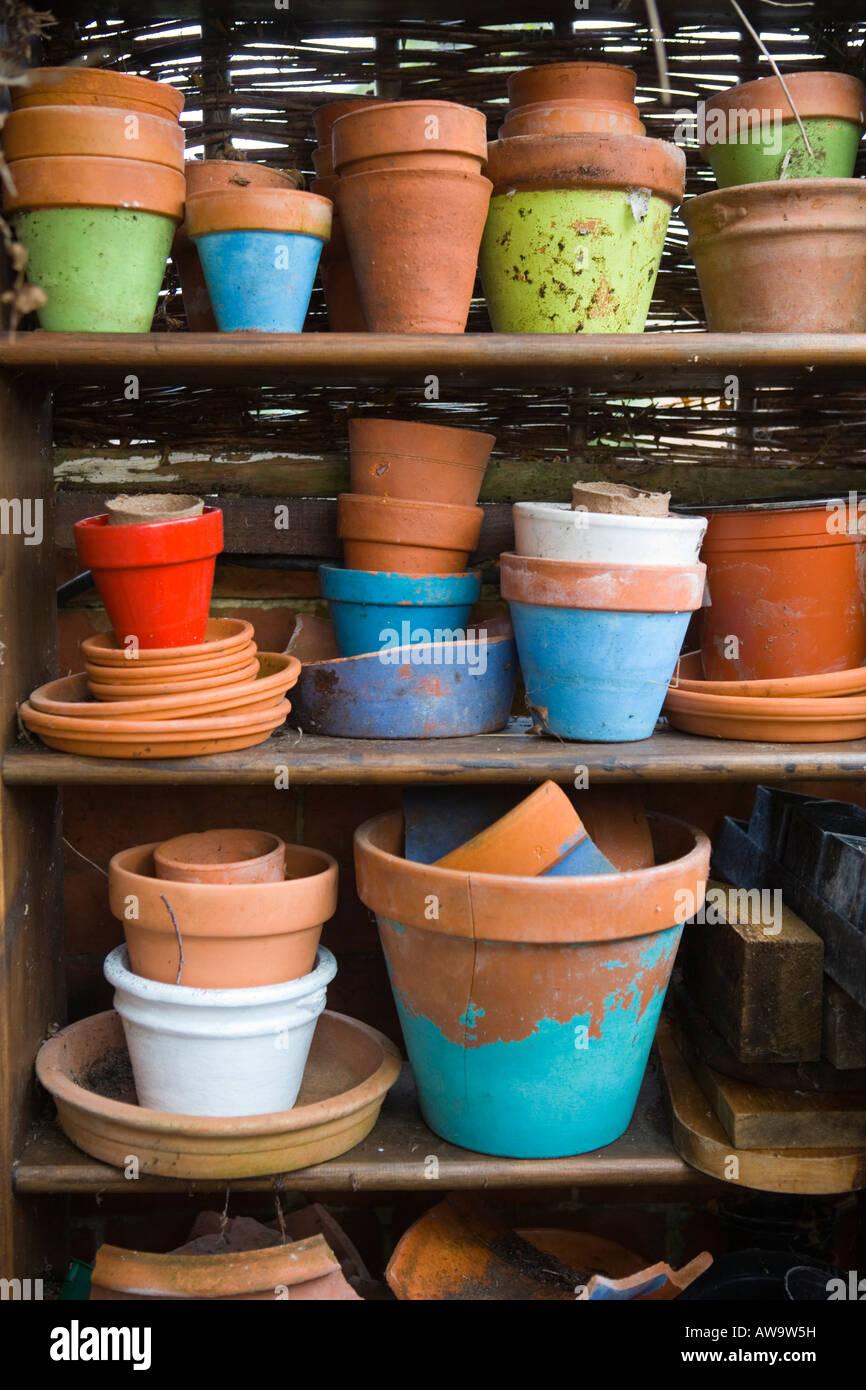 Pots en terre cuite empilés sur une étagère Photo Stock
