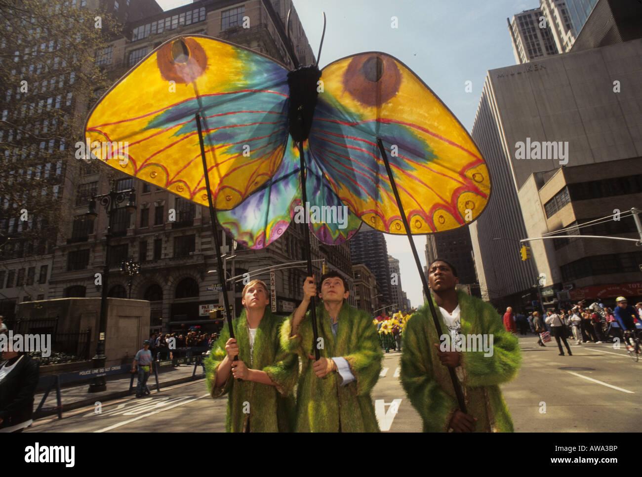 Les écologistes portent un cerf-volant papillon pendant le défilé de New York le jour de la terre Photo Stock