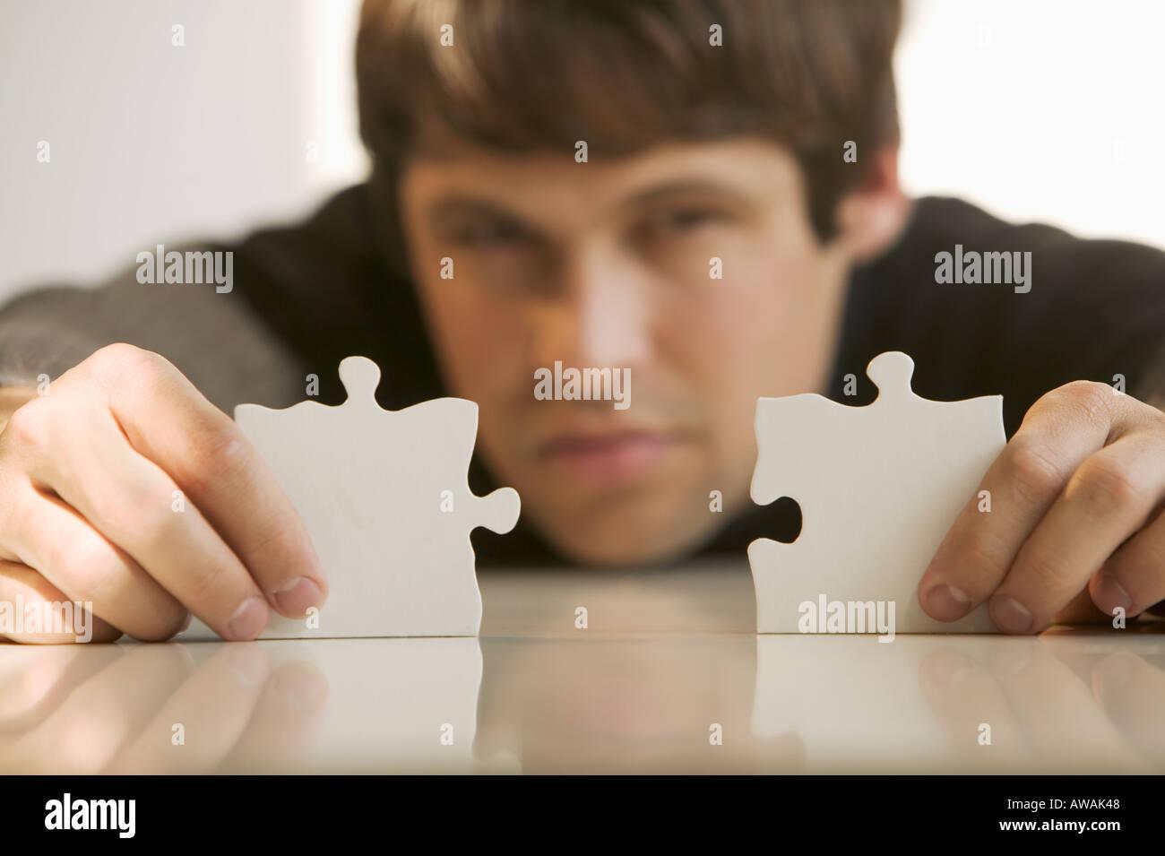 Homme avec des pièces de puzzle Photo Stock