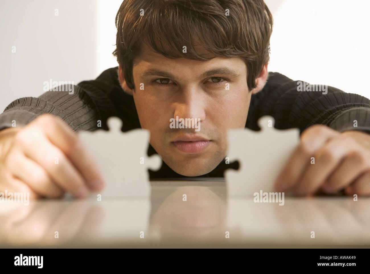 L'homme de la connexion des pièces de puzzle Photo Stock