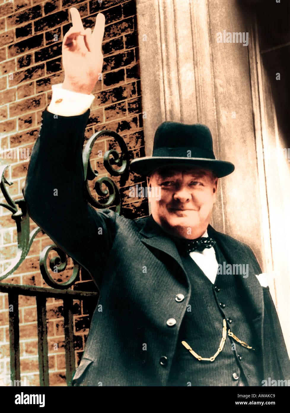 WINSTON CHURCHILL (1874-1965) Premier ministre britannique donne son signe V de la Victoire en avril 1945 à l'extérieur de 10 Downing Street Photo Stock