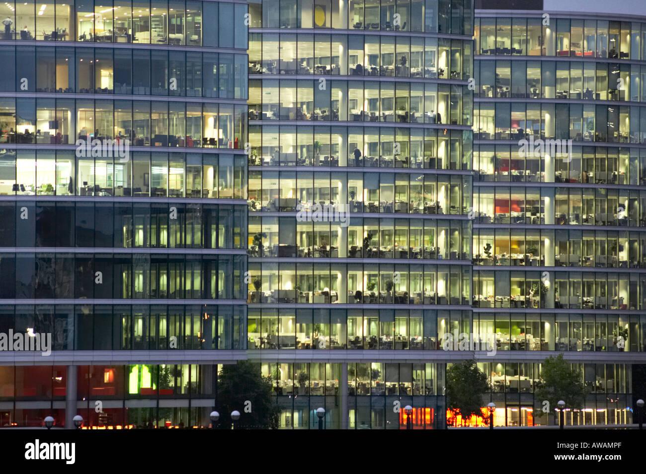 Morelondon bureau moderne en verre et acier en façade extérieure