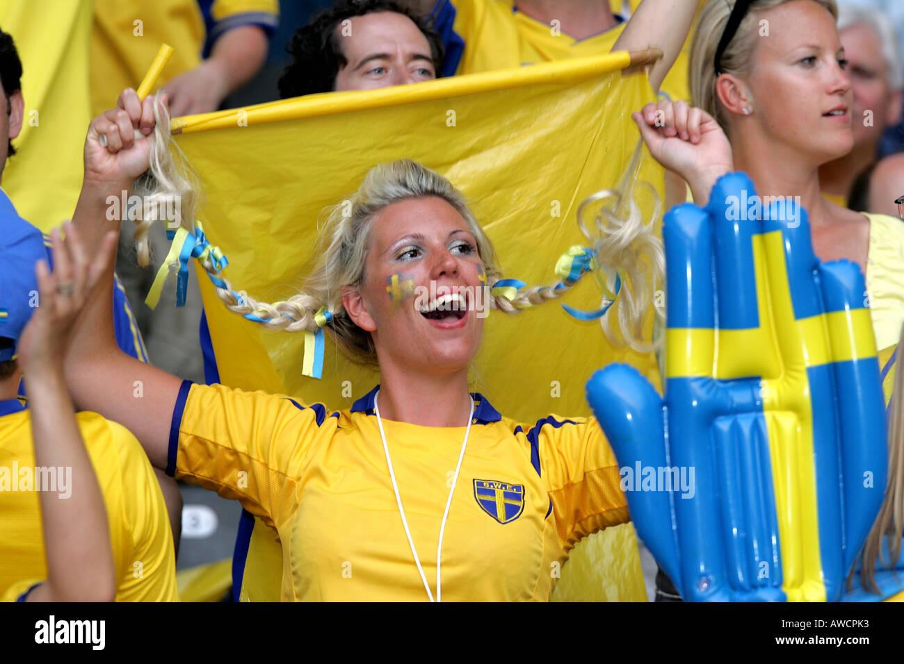 Femme Suedoise une femme chantant dans le ventilateur suédoise foule pendant la