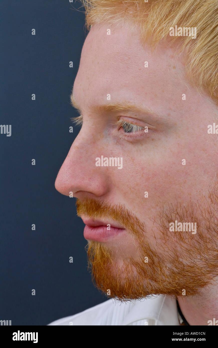 Le visage de jeune homme roux Banque D Images b1258060920