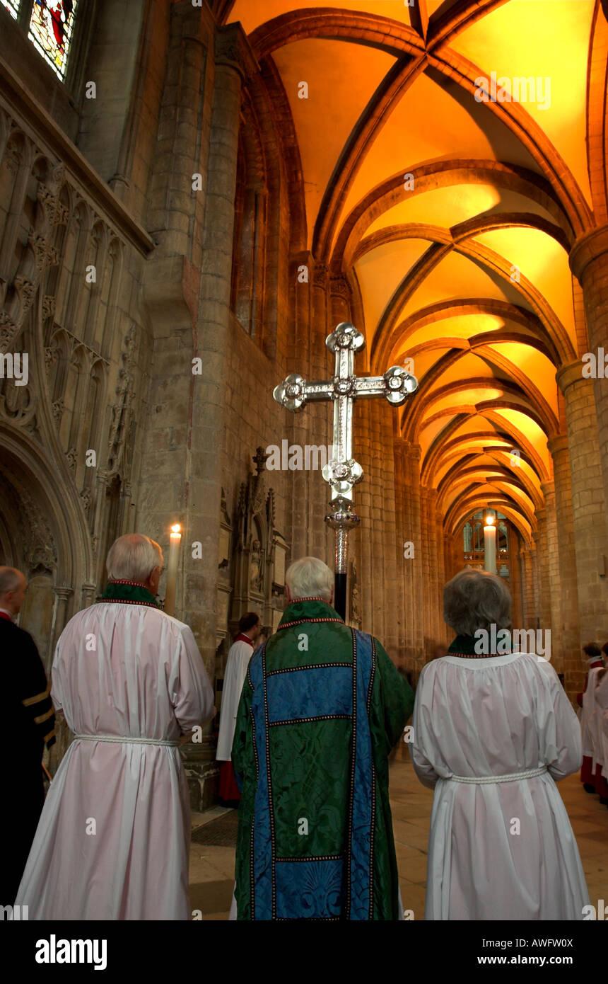 Un service à la cathédrale de Gloucester, avec le doyen et d'autres membres attendaient pour la sortie Photo Stock
