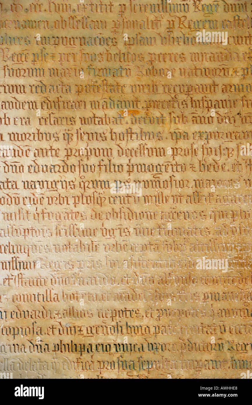 Texte latin du côté du tombeau de João I à l'intérieur du monastère de Batalha au Portugal Photo Stock