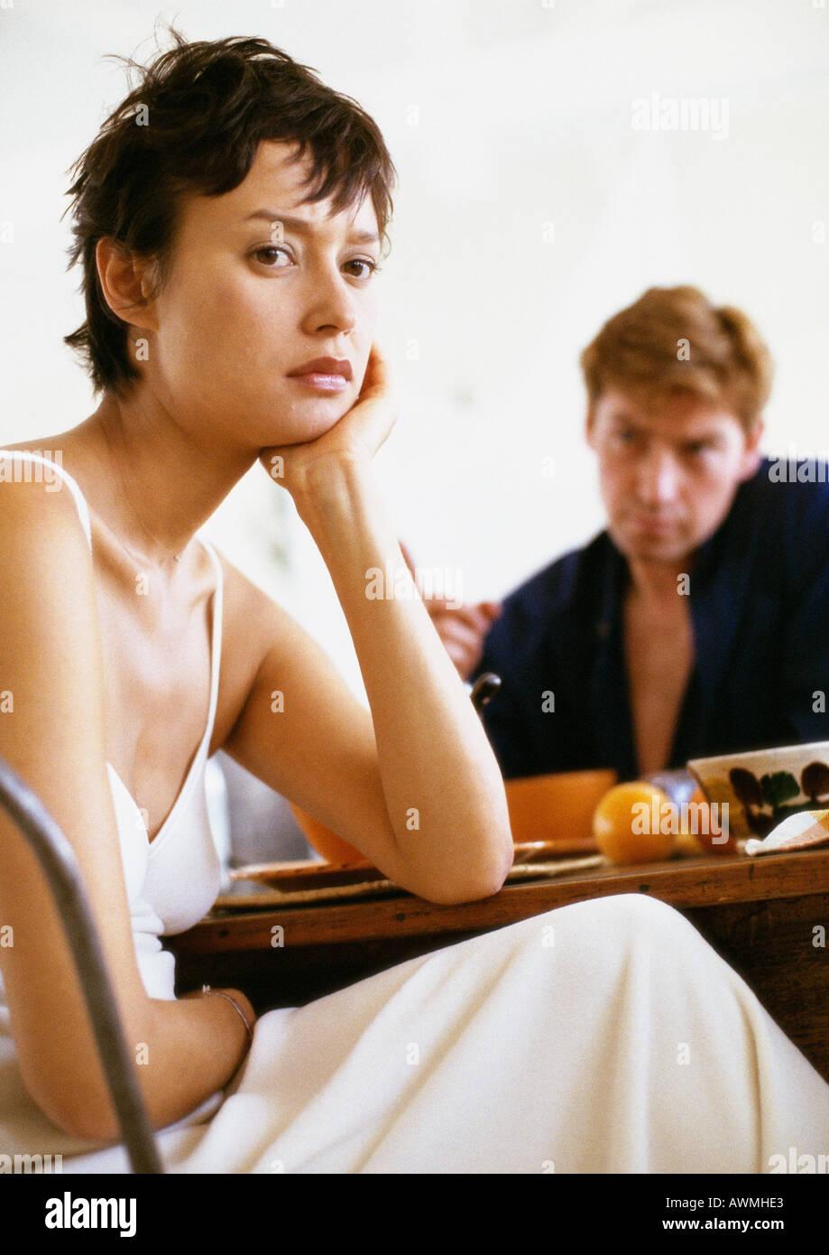 Couple having breakfast in silence, femme de se détourner de l'homme Banque D'Images