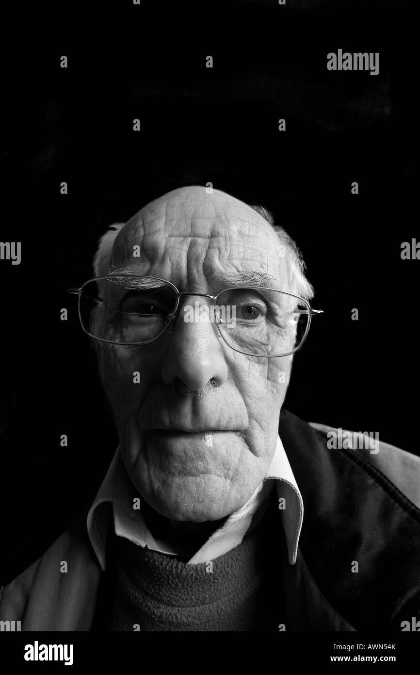 le noir et blanc vieux visage de l 39 homme la triste banque d 39 images photo stock 16619394 alamy. Black Bedroom Furniture Sets. Home Design Ideas