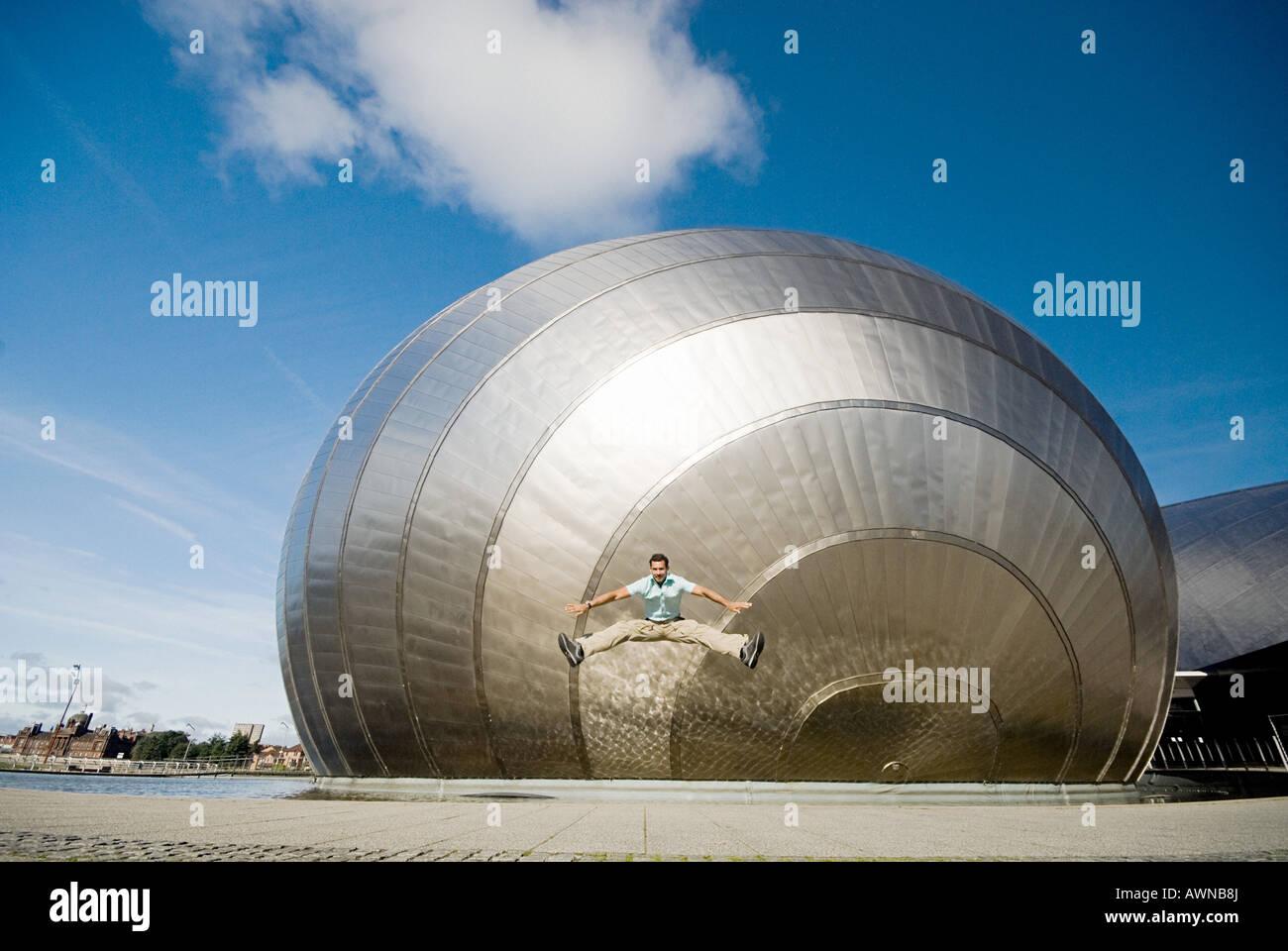 Homme de sauter devant Glasgow Science Centre Banque D'Images