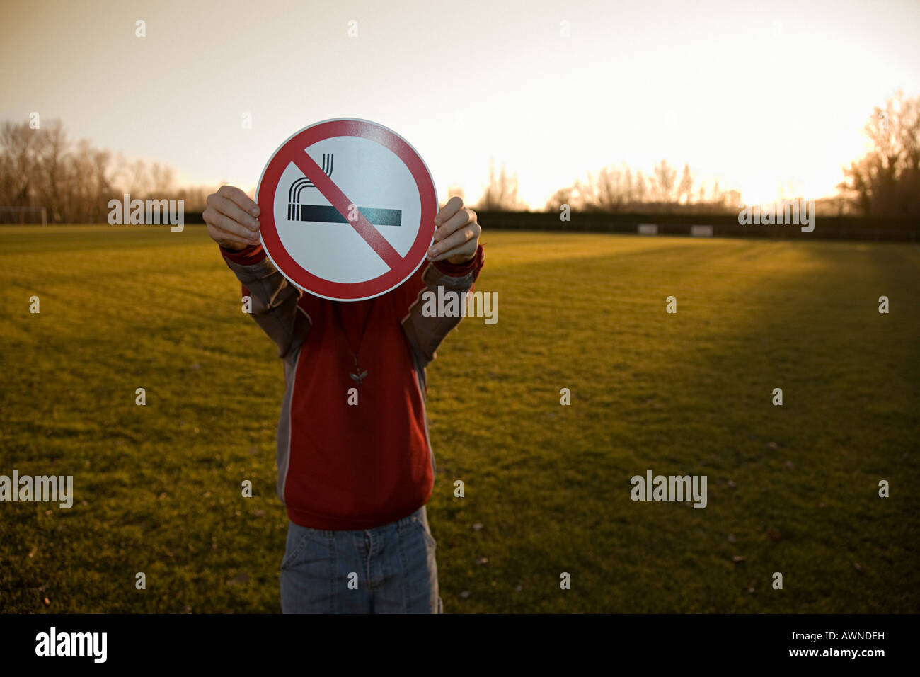 Boy holding d'interdiction de fumer Photo Stock
