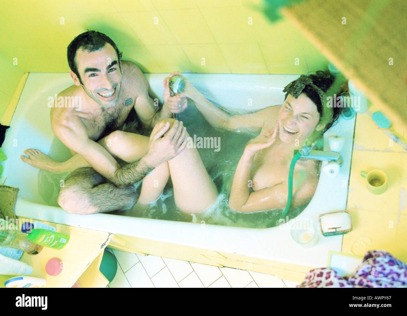 Couple jouant dans une baignoire, high angle view. Banque D'Images