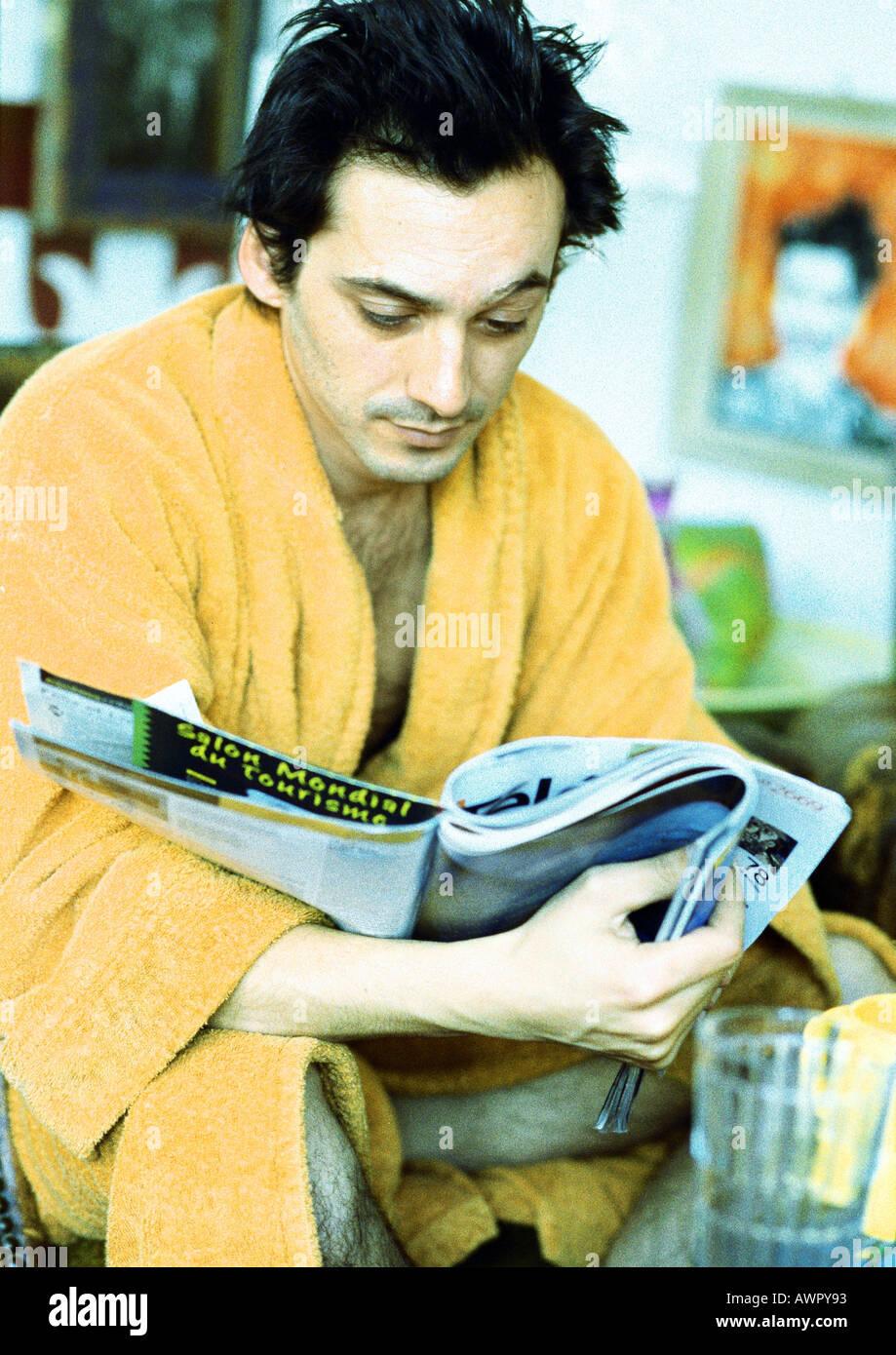 Man reading magazine, portrait. Banque D'Images