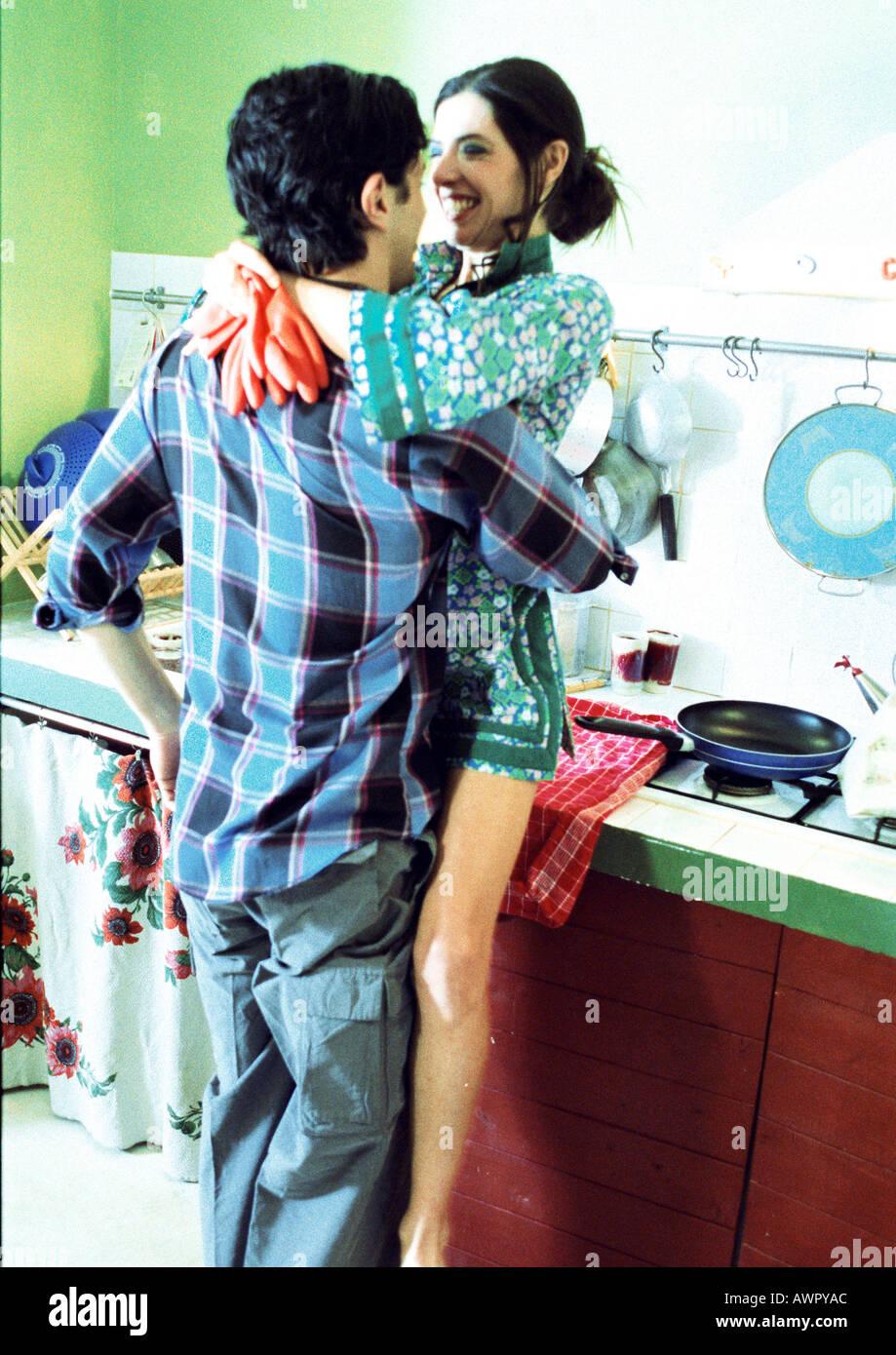 L'homme et la femme, joignant en cuisine. Banque D'Images