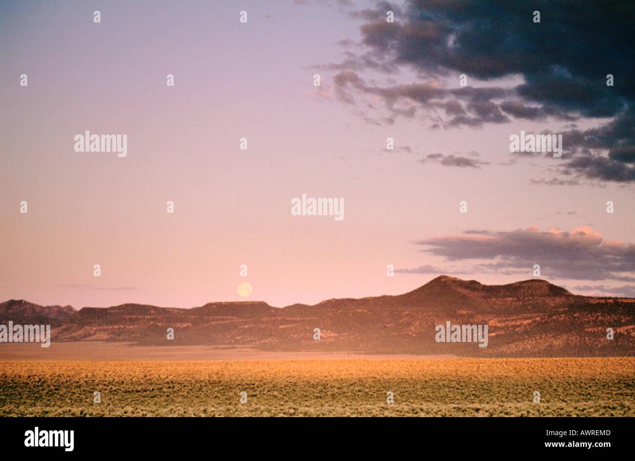La lune sur le Clan Transalpins plus haut sommet est le mont Augusta 9 966 ft 3 038 m situé à 45 km à 72 km E de Fallon Nevada Photo Stock