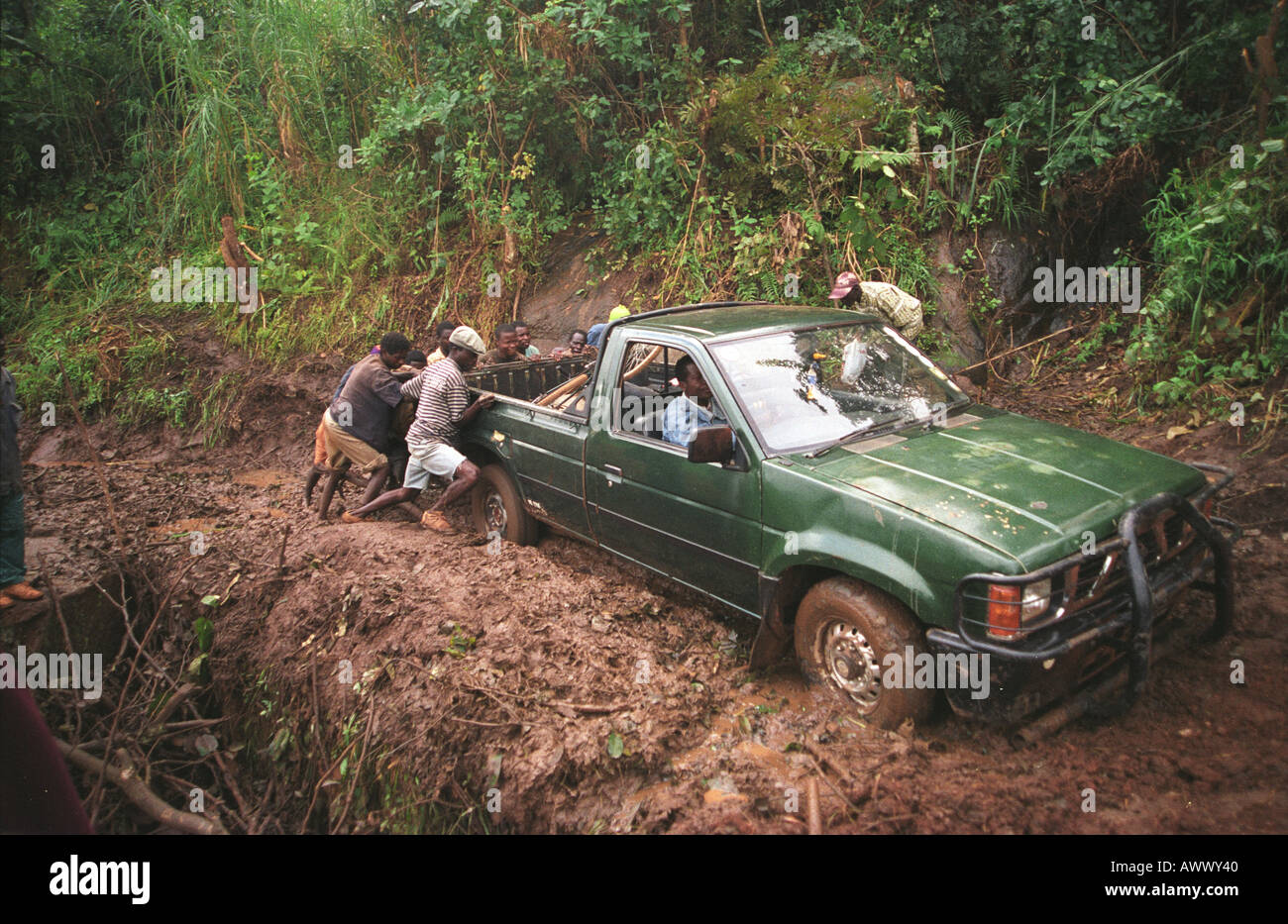 un 4x4 camion est aid de la boue sur la route de montagne dans la r gion de gurue mozambique. Black Bedroom Furniture Sets. Home Design Ideas