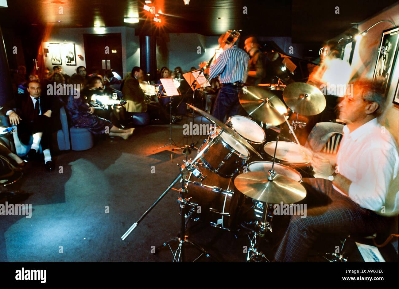 PARIS France Jazz musique jouant dans 'All Jazz Club' à 'St Germain des Prés' 'quartier Latin' personnes à l'intérieur de la discothèque Banque D'Images