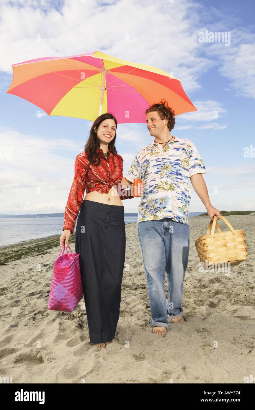 Couple strolling le long de la plage Banque D'Images