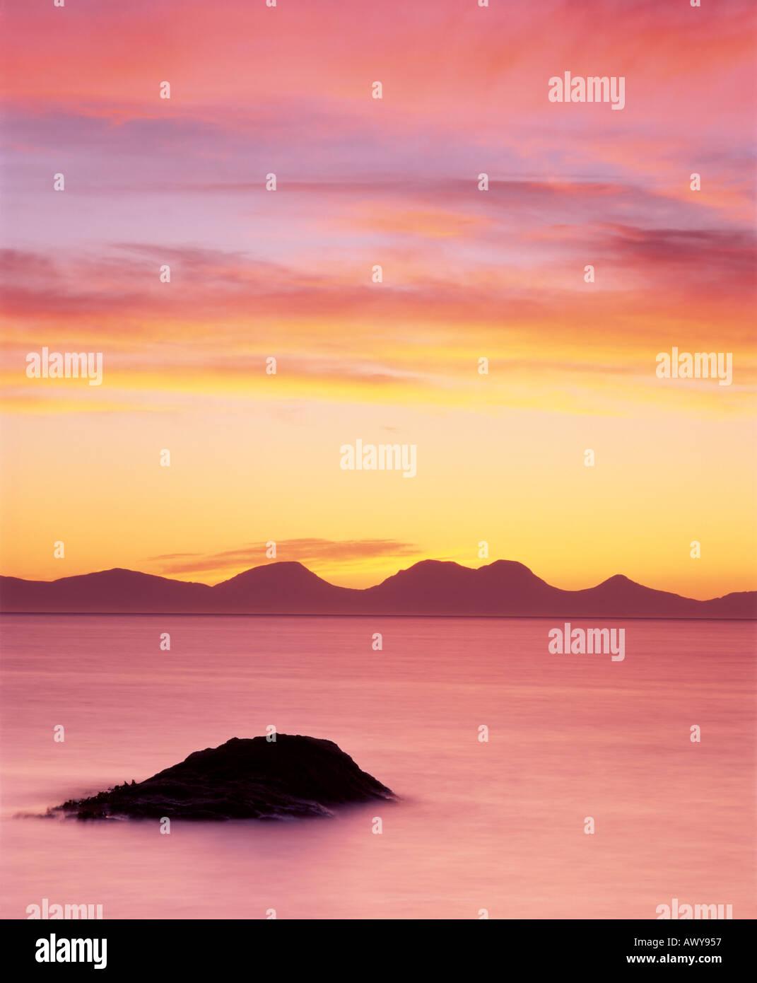 Le PAPS of Jura vu de la péninsule de Kintyre au coucher du soleil, l'Argyll and Bute, Ecosse, Royaume-Uni Photo Stock