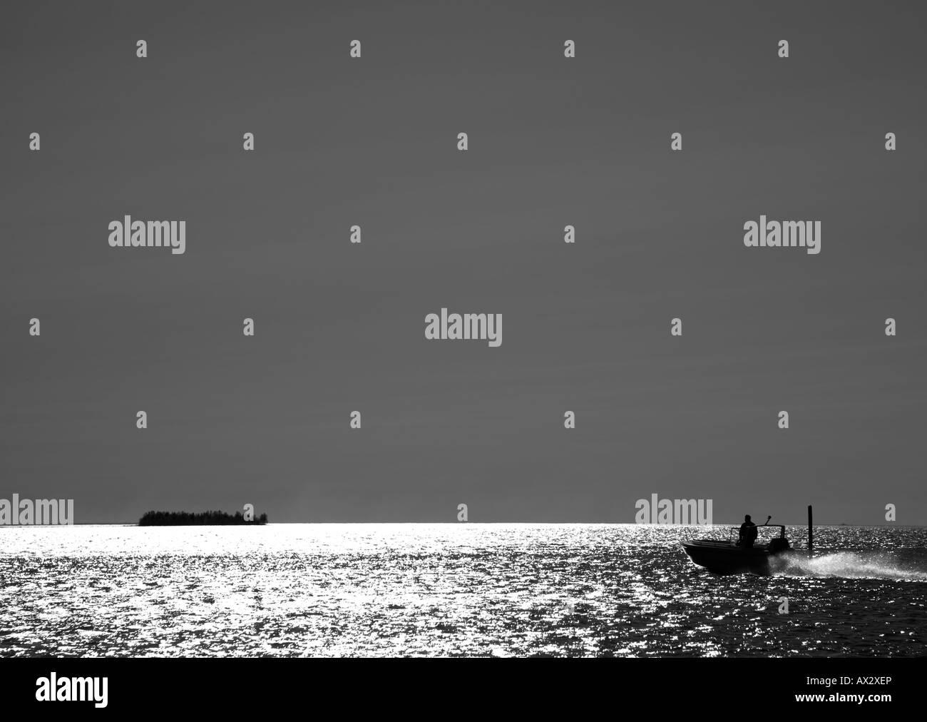 Image en noir et blanc d'un homme en mer nautique Photo Stock