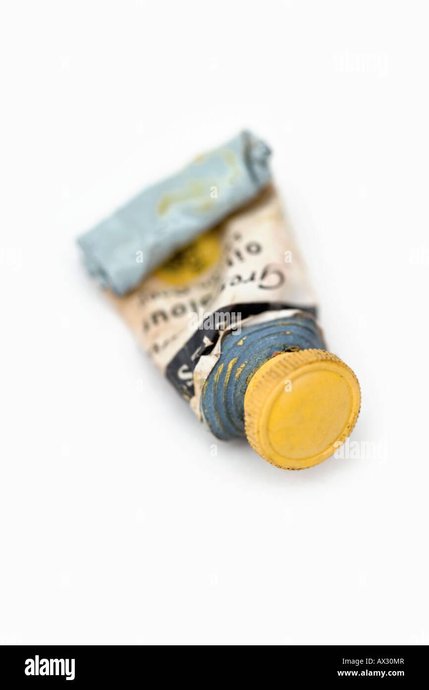 Un tube de débordement de la couleur traditionnelle de l'huile jaune Photo Stock
