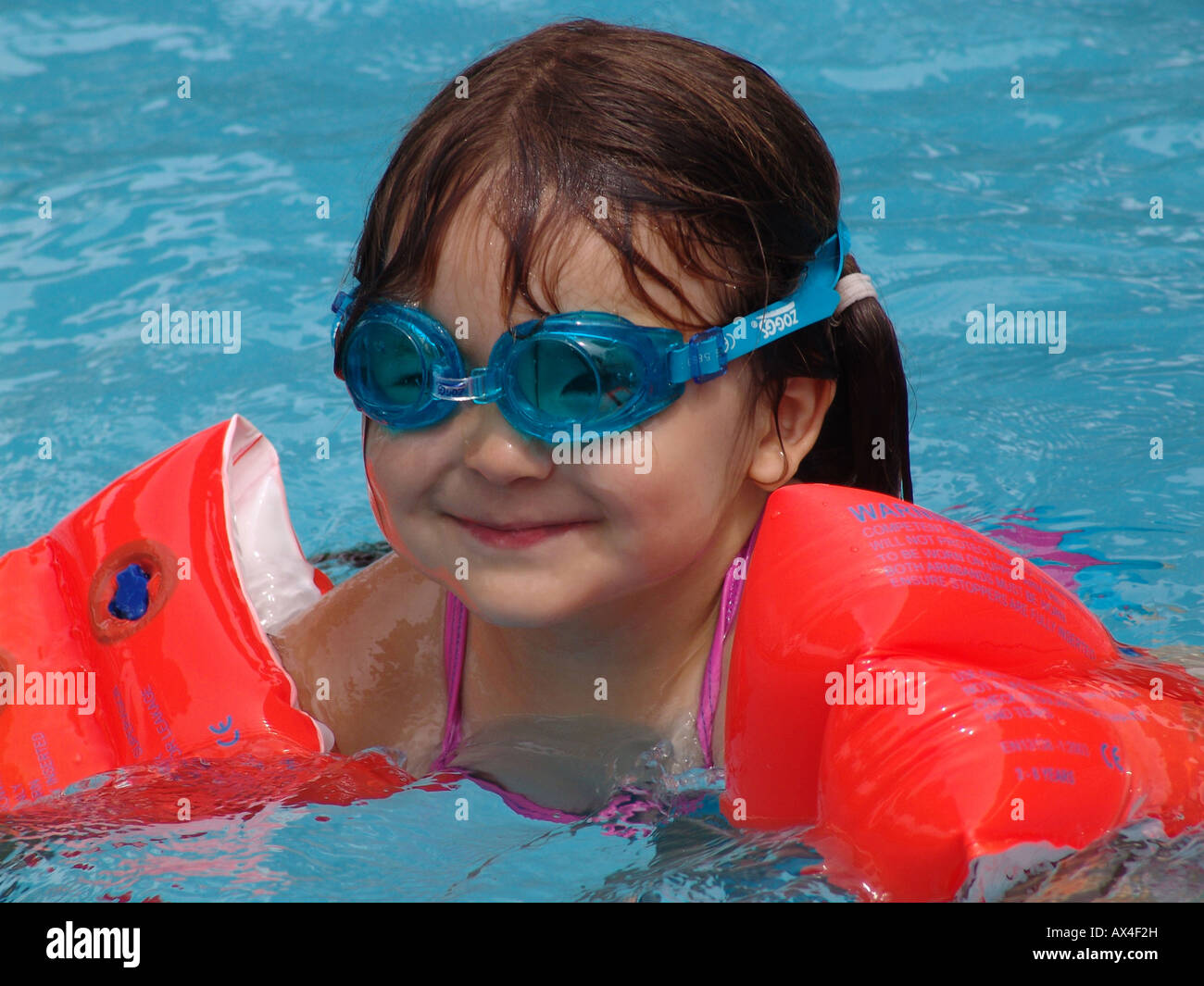 Young girl in swimming pool with arm bands photos young - Nager dans une piscine ...
