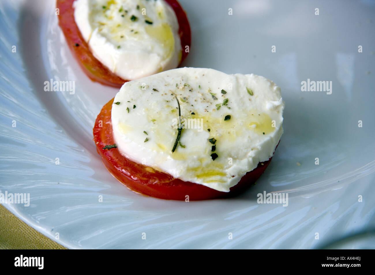 La mozzarella et les tomates sur une plaque Photo Stock
