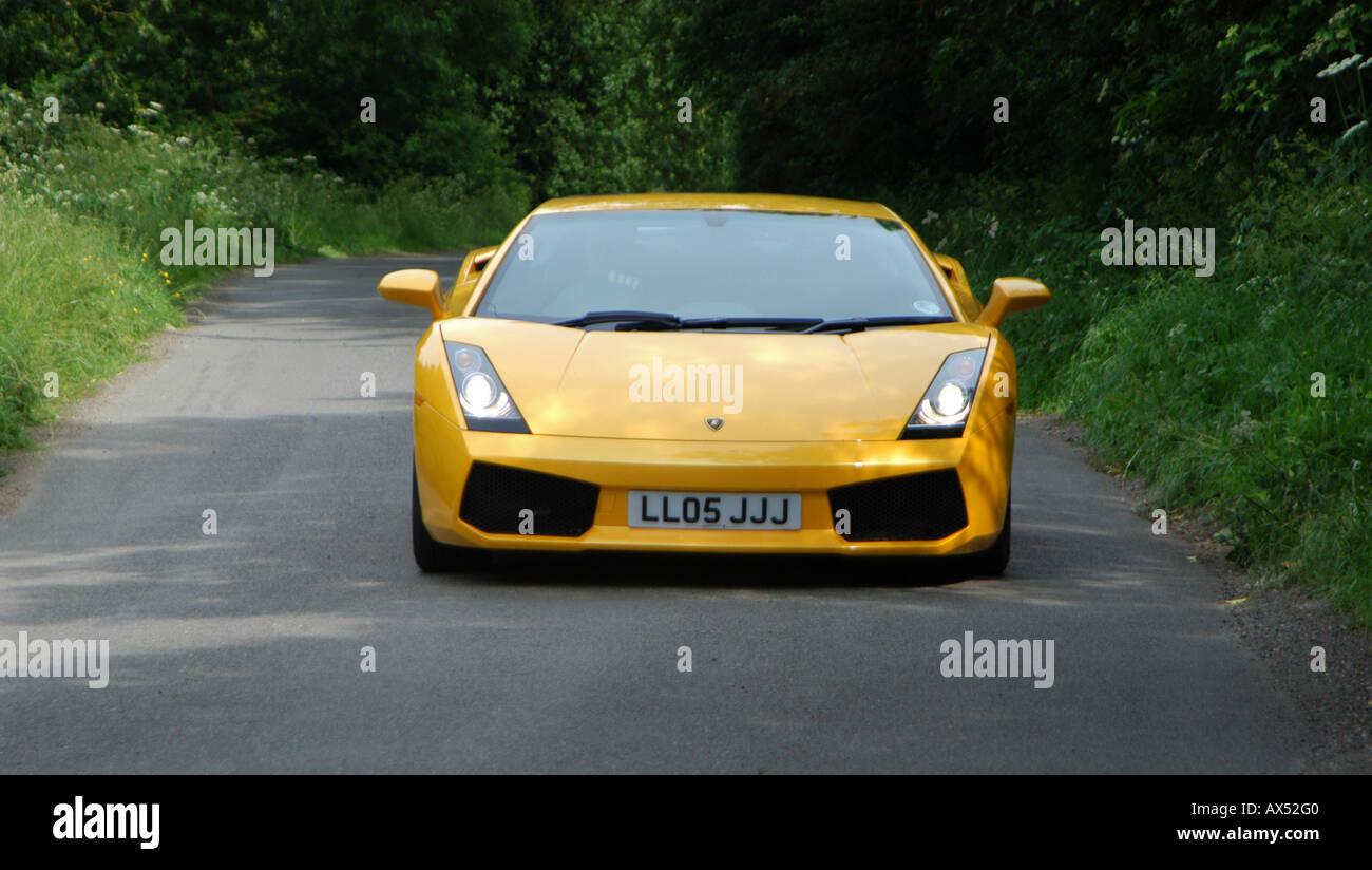 Voiture De Sport Lamborghini Gallardo Jaune Accelerant Le Long D Une